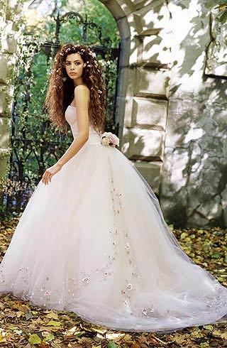rochi cu trena lunga, corset din organza si trena din tul cu aplicatii florale (Lazaro)