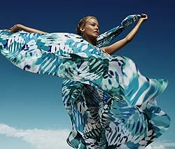 Kylie Minogue este imaginea costumelor de baie H & M