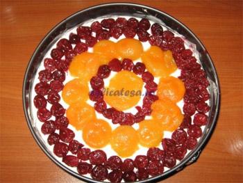 Tort cu brânză dulce şi fructe