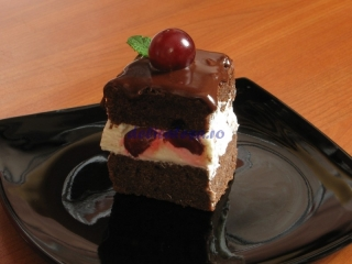 Prăjitură cu vişine şi blat de ciocolată