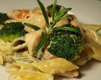 Penne cu pui, gorgonzola si broccoli