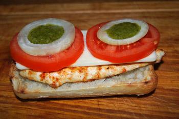 Sandwich cu pui si chimichurry