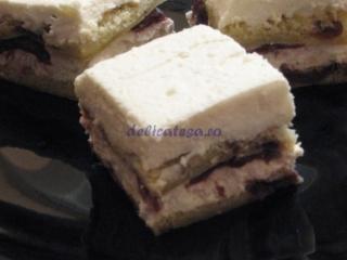 Prăjitură cu cremă de brânză şi vişine din compot